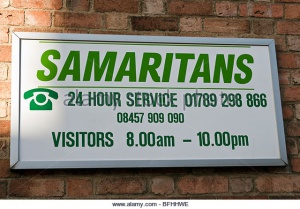 samaritans-charity-sign-on-a-brick-wall-in-stratford-upon-avon-uk-bfhhwe